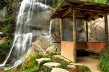Beautiful waterfall feature that you don't have to pay excess to see! busybudgeter.com