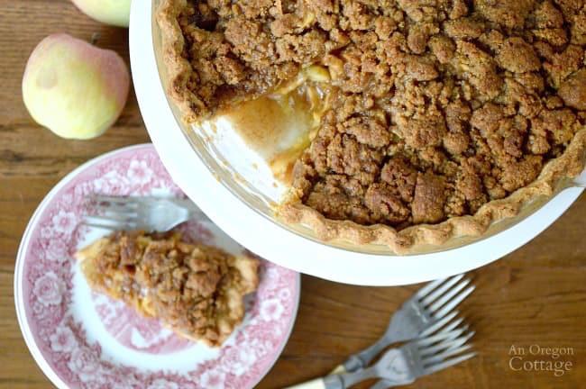Crumb-Topped-Apple-Pie_650x450