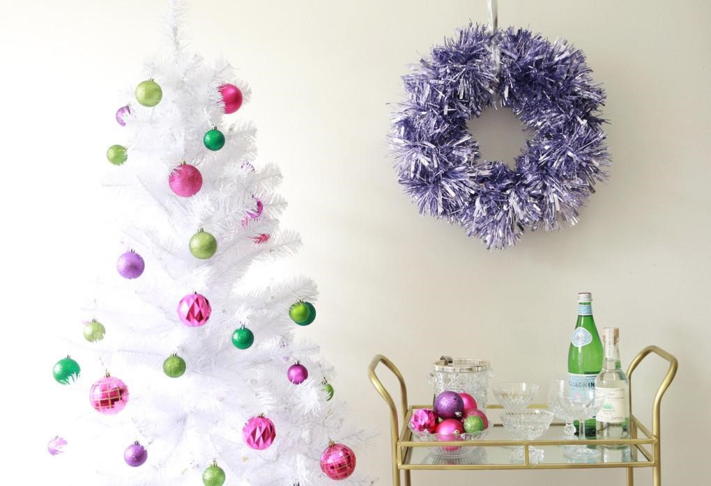 This wreath is so glamorous! I'd that modern look I love! www.busybudgeter.com