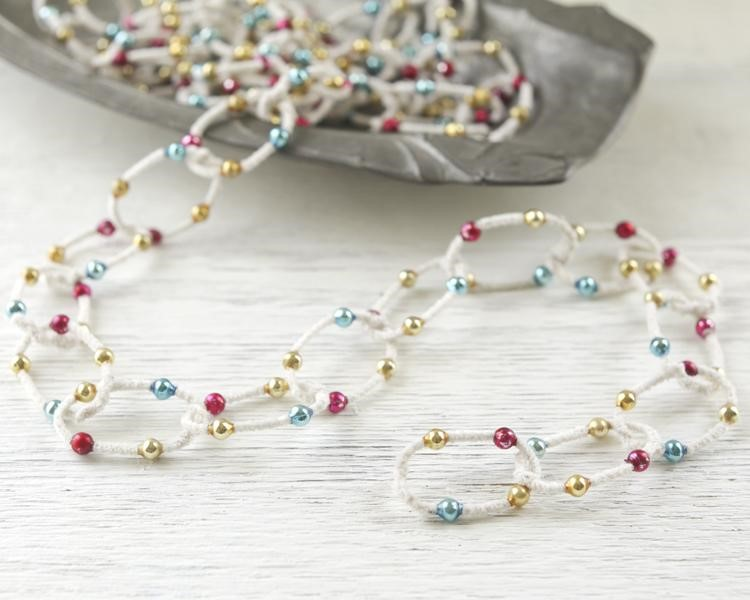 A pipe cleaner garland would be so cute. It looks like a necklace! www.busybudgeter.com